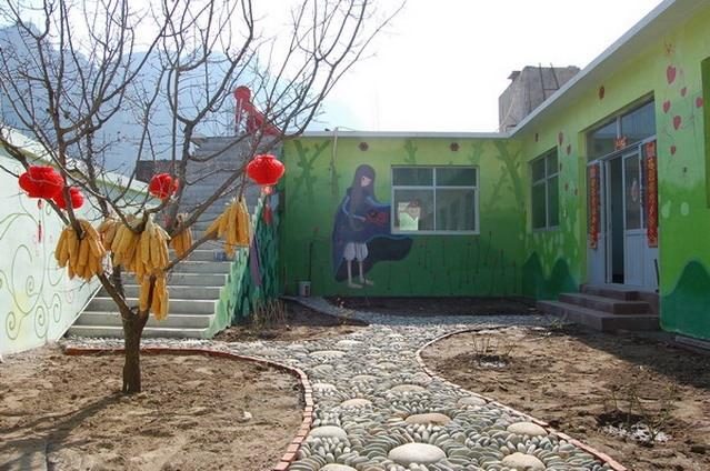 玫瑰园小院内墙上的手绘美女